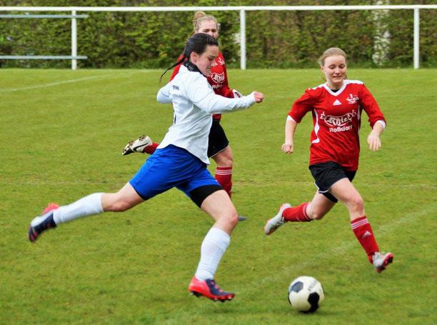 Kraftvoller Einsatz von FSG-Stürmerin Virginia Köpp (am Ball) im Spiel  gegen den RSV Roßdorf II