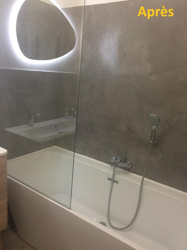 Béton ciré salle de bain, aspect final après mise en place de la baignoire.
