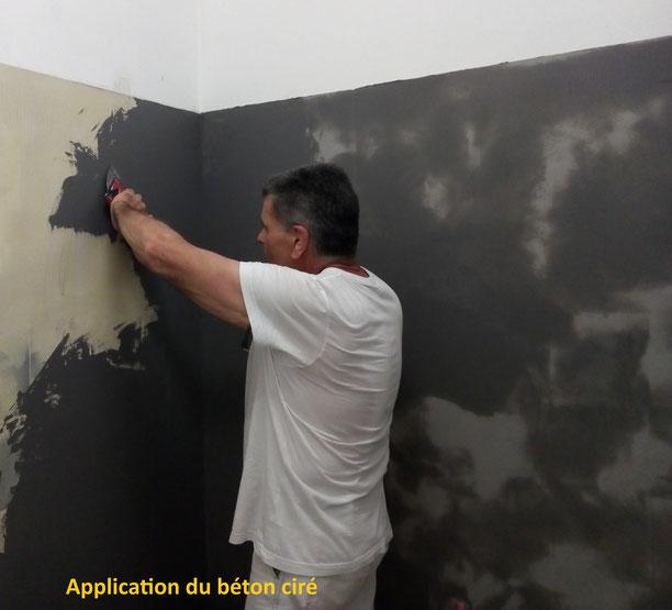 Le peintre décorateur applique le béton ciré.
