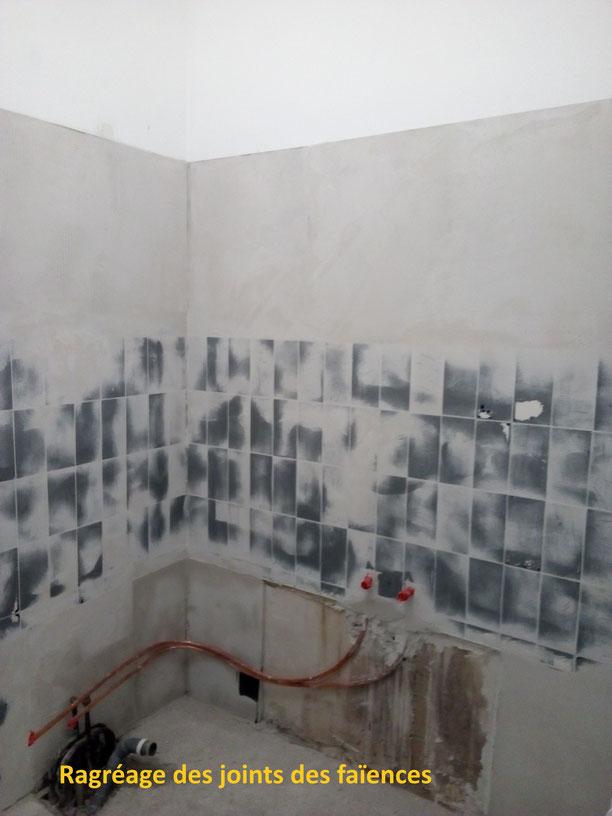 Salle de bain béton ciré, ragréage des joints des faïences.