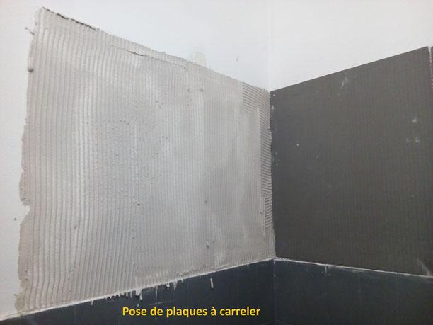 Salle de bain béton ciré, collage de plaques à carreler pour compenser l'épaisseur des faïences et agrandir la surface.