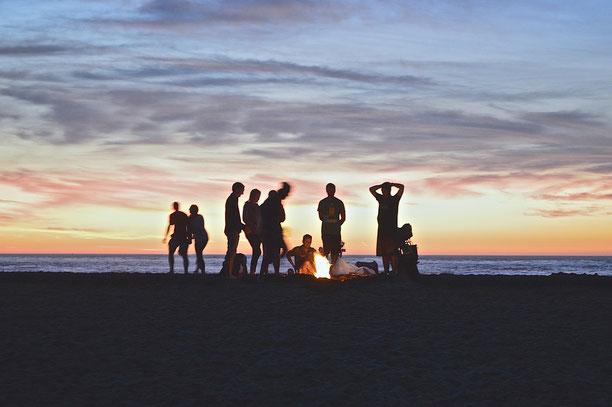 Image : Pixabay https://pixabay.com/fr/feu-de-camp-plage-personnes-984020/