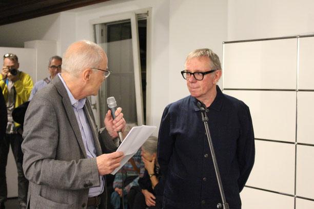 Bernhard Giger im Gespräch mit Fotograf Hans Hofmann.
