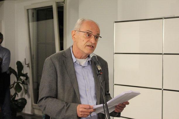 Bernhard Giger, Leiter Kornhausforum Bern, stellte Fotograf Hans Hofmann und seine Ausstellung anlässlich der Vernissage vor.