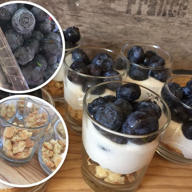 Dessert im Glas mit Mascarpone und Blaubeeren