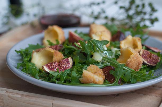Rucola-Feigen-Salat mit frittierten Kaeseecken