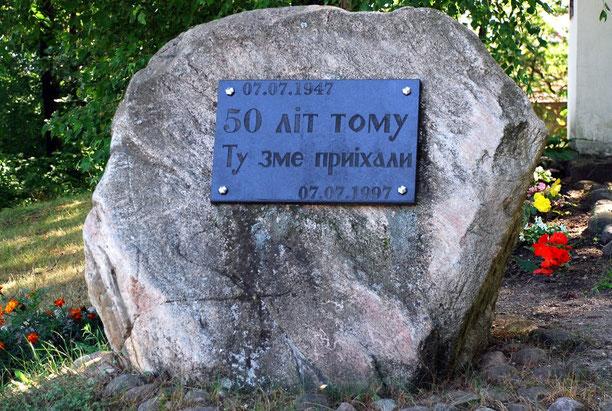 Kamień został postawiony przed kaplicą w 50 rocznicę przybycia Łemków do Michałowa. Na tablicy umieszczono napis: 07.07.1947 - 50 літ тому Ту змe приіхали - 07.07.1997