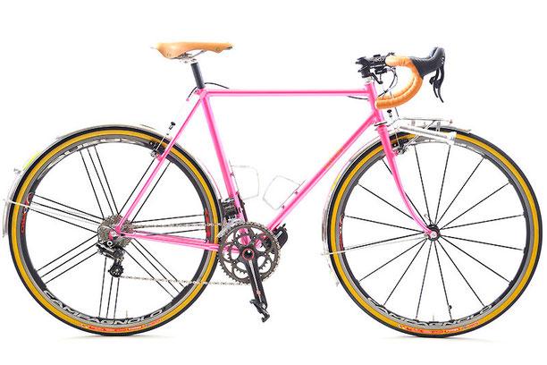 自転車専門誌編集長のHさんのオーダーは、ただいま話題沸騰中のチャレンジ・エロイカ700×30Cタイヤを履いたツーリング車。「雨の日の練習にも使いたい」とのことで、すでにお乗りになっていたデローザと同じポジションをご希望でした。