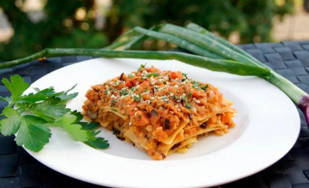 lasagne di grano duro con ragù di lenticchie e pomodorini.