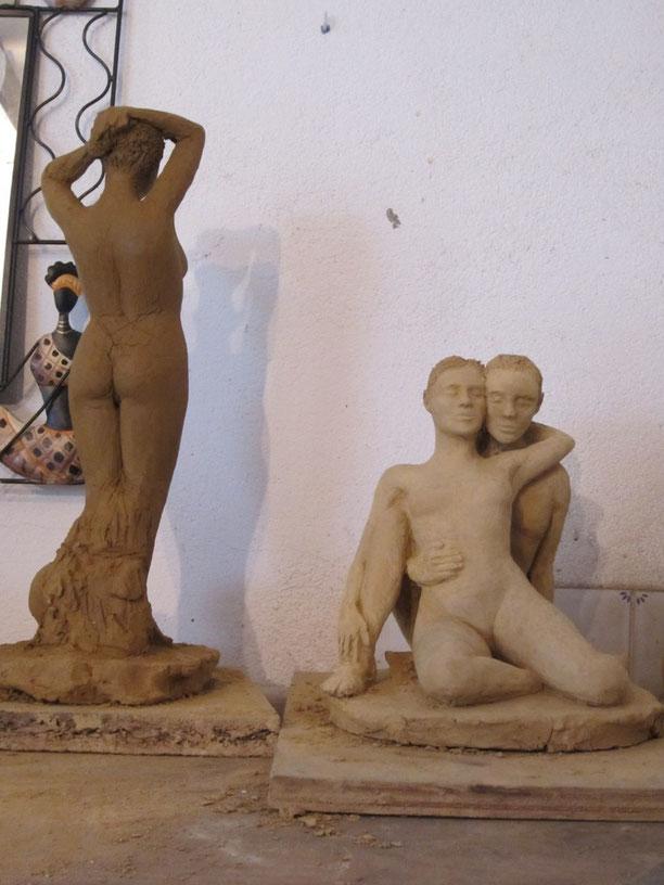 le couple enlacé et le nu debout presque terminés.sculptures argile nouveausculpteur.org