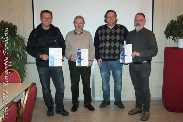 Helmut Schmitt (2ter v. r.) ehrte drei Mitglieder