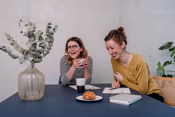 Businessfotoshooting lachende Hochzeitsrednerinnen am Brainstormen in Kiel