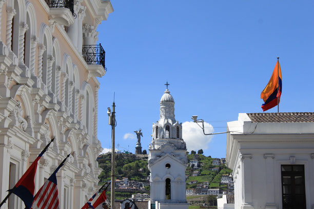 Ecuador, Quito, Kathedrale mit Panecillo im Hintergrund