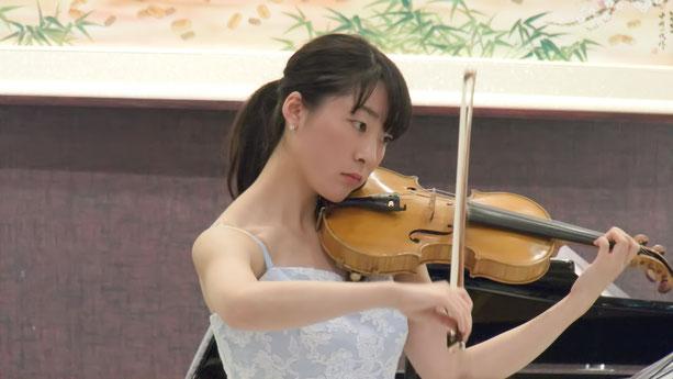 Ayaka Kama, Geigenlehrerin und Klavierlehrerin in Hamburg