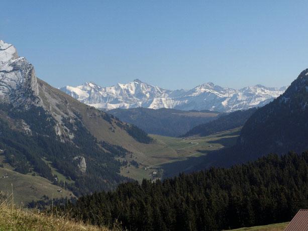 Le col des Aravis, au fond la chaîne du Mt Blanc