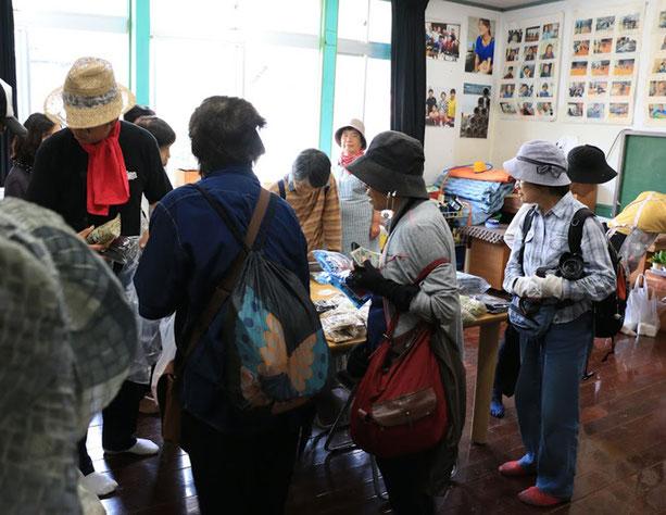 最後にかさおか島づくり海社事務所にて、活動の紹介と、のりなど笠岡諸島特産品の販売を行いました。