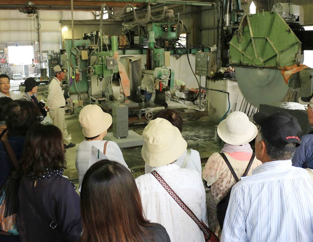 続いて石材加工場「栄龍石材」の見学です。整理された工場で、大きな機械が動いてます。
