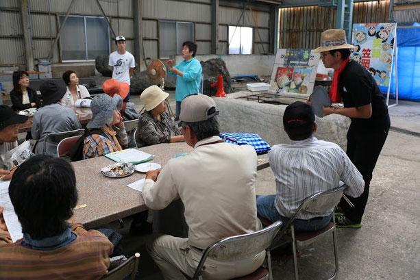 続いて北木島の特産品「魚々干(とっとぼし)」についてお話を伺いました。石材加工場跡を活用したスペースに、加工に使う三宅島の火山礫(かざんれき)などが置いてあります。