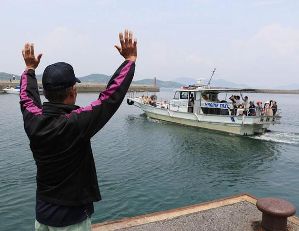 金風呂地区の案内人の方とはここでお別れし、楠地区へ海上タクシーで向かいます。