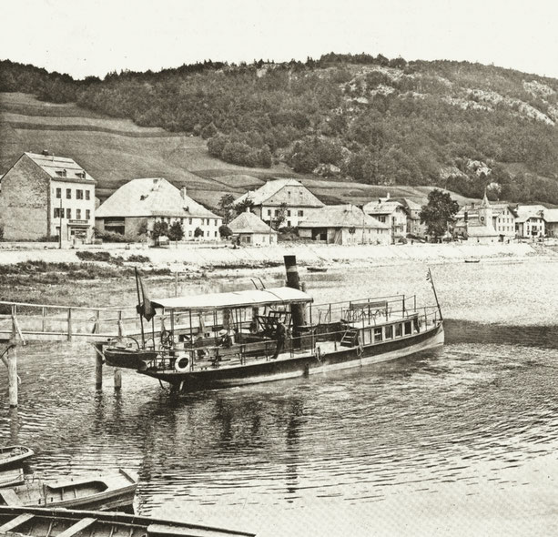 Le Caprice, fotografia di Fred Boissonas (1858 - 1946). Il Grand-Bazar a sinistra, il caseificio del centro, la fattoria di Zélie Rochat, madre di Henri, sulla dua destra