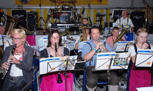 """Zünftige Blasmusik im Festzelt am Samstagabend: Musiker des Musikzuges bilden die """"Unsinnbachbloasn"""""""