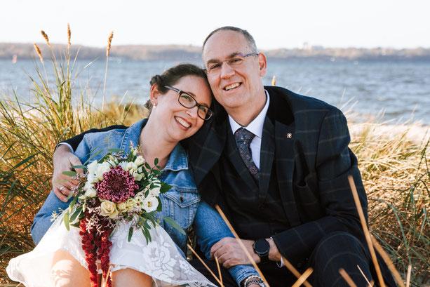 Hochzeit Laboe, Brautpaarshooting Laboe Strand, Heiraten in Laboe, Brautstrauß, Hochzeitsfotos