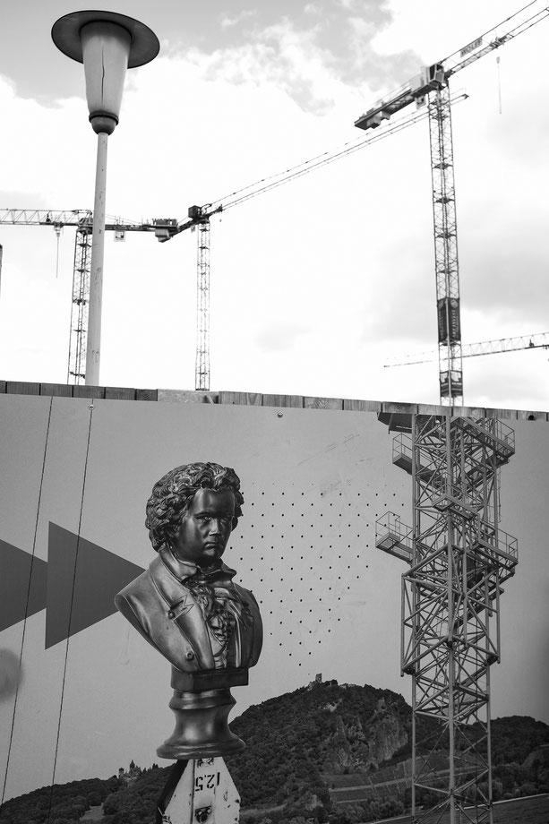 Bonn, Kanzlerplatz, monocrom, schwarz-weiss, black and white, Beethoven,  Schwarzweissfotografie, kreative Fotografie, Fototipps, Baustelle, Kräne