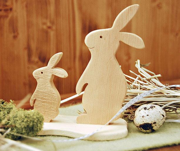 Zwei Hasenfiguren aus Zirbenholz