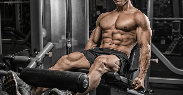 Muskulöser Mann mit angespannten Muskeln