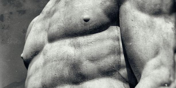 griechische Statue mit starken Muskeln