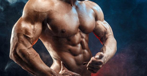 starker Mann mit muskulöser Brust