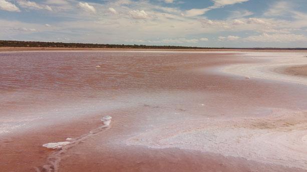 Sur la route, on passe au dessus de ce cour d'eau rose, qui n'est pas sans rappeler le désert d'Atacama au Chili!