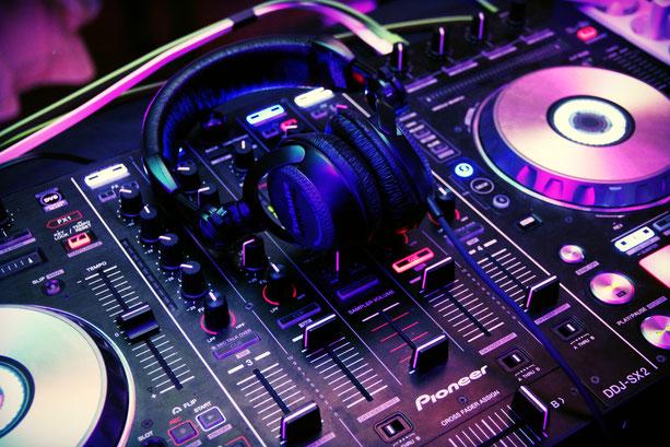 Hochzeits-DJ Florio Martinez am Pioneer Mischpult