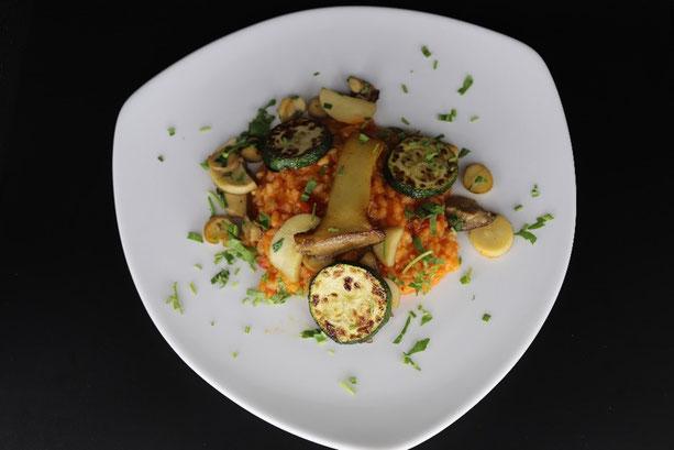 Tomaten Risotto mit Kräutern und grilliertem Gemüse