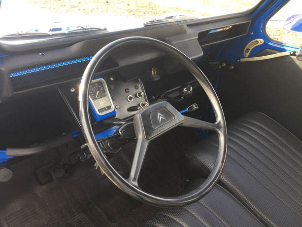 2cv citroen charleston bleu noir restauration intérieur volant