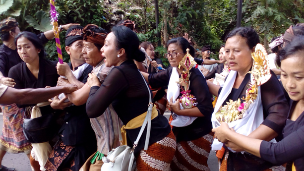 火葬場へ向かうたくさんの親族や参列者たち