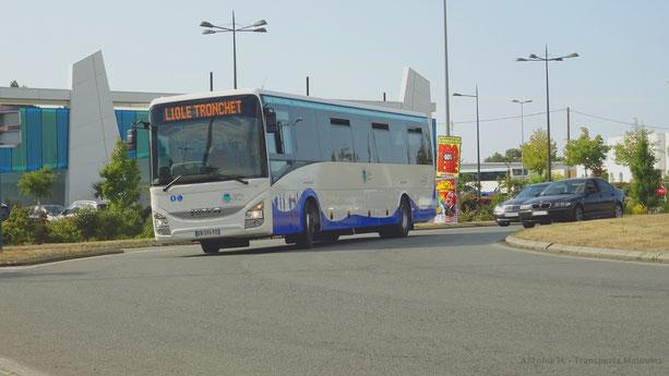 Iveco Crossway Pop L du réseau MAT au niveau du rond-point de l'Aquarium de Saint-Malo en service sur la ligne 10 vers Le Tronchet.