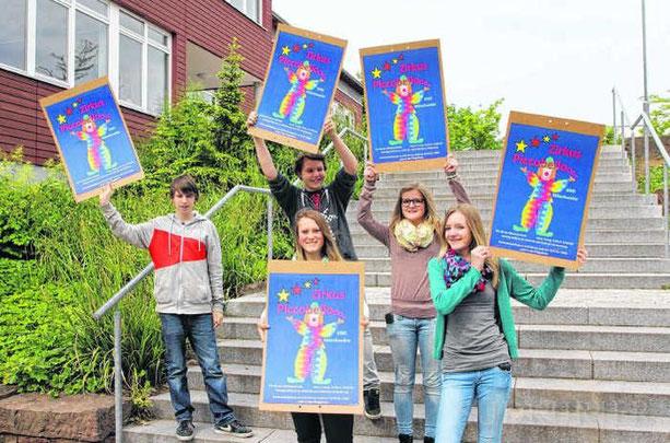 Dominik Raff (von links), Lisanne Knöbel, Lucas Fischer, Nathalie Pfaff und Ellen Kühnle arbeiten an der Werbung und dem Programmheft für das Zirkusprojekt Piccobello der Gemeinschaftsschule Mönchweiler.  Bild: Cornelia Putschbach