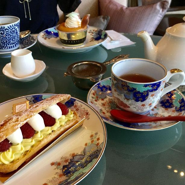 この夏、週2回の間隔で楽しみにしているホテルラウンジでの「tea time」。今回は有田焼の器で嬉野紅茶をいただきました。京王プラザホテル「アートラウンジ」(新宿)