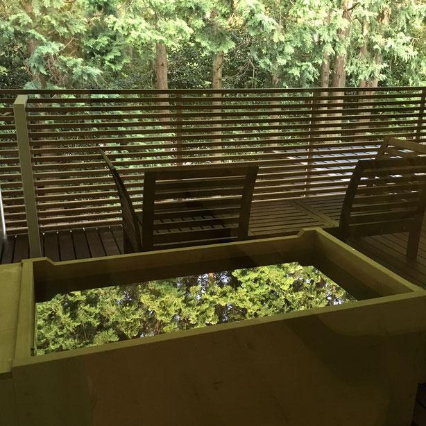翌朝、カーテンを開けると緑が湯面に映えて・・・なんて美しい。朝陽と鳥の声、全身から森の精気がしみ込んでいくようで、こんな贅沢な朝風呂もないなぁと感じました。どのお部屋にも露天風呂はついているのだと思いますが、ちょっと神秘的なグリーンビュー露天、素敵です❤