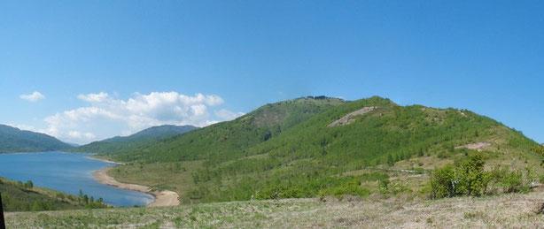野反湖とシラネアオイの大群落(8万7千株という)がある八間山