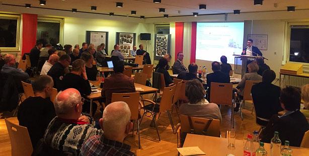 Prof. Dr. Michael Vilain stellt auf der Mitgliederversammlung des DRK-Kreisverband Münster die zukünftige Strategie fürs Ehrenamt vor.  © IZGS der EHD