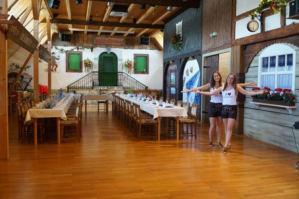 Der Heimatsaal für 150 Personen mit Bar, Tresen sowie Sitzmöglichkeiten auf der Galerie