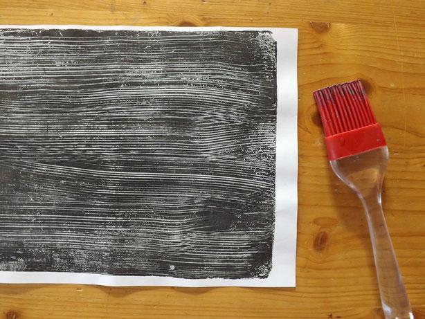 Linien mit dem Backpinsel gezogen. Hier könnten auch Wellen, Verflochtenes usw. entstehen