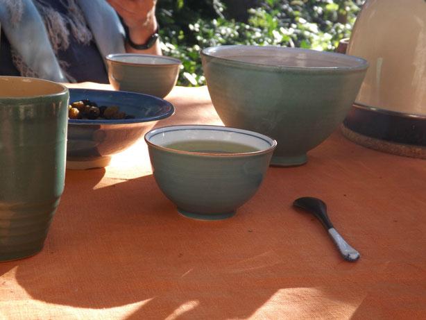 Teetrinken aus den Japanischen Schalen vom Bilder-Pingpong