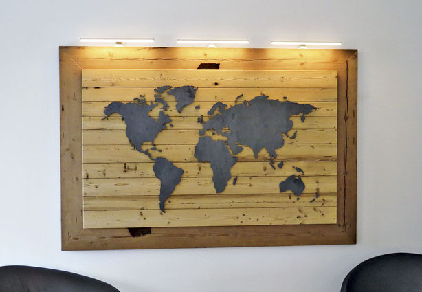 Wandschmuck Weltkarte mit 3 Bilderleuchten: Träger aus Altholz, Karte aus Stahl
