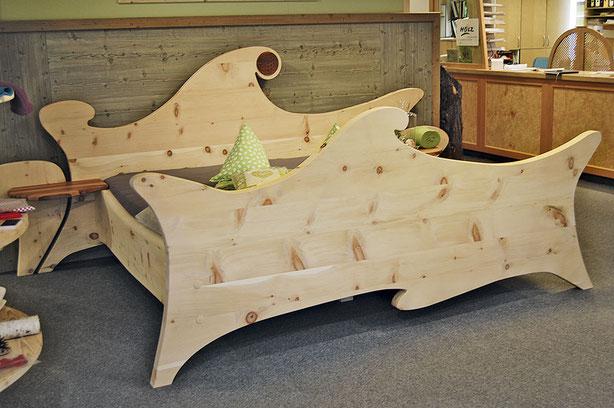 """Bett """"Waldfee"""" aus Zirbenholz mit organisch geformtem Kopf- und Fußteil und Intarsie """"Blume des Lebens"""""""