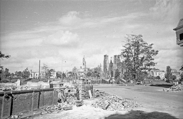 Eusebiusbuitensingel in 1945, on the back ground Sint Walburgis and Eusebius church (Gelders Archief 1121)