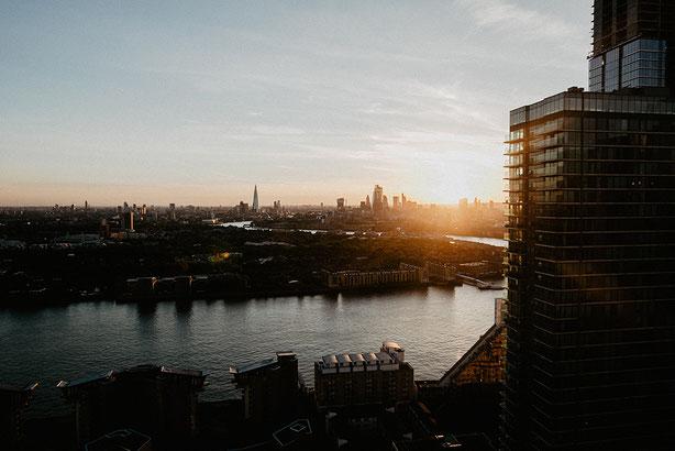 Sonnenuntergang in Hamburg mit Blick auf die Elbe