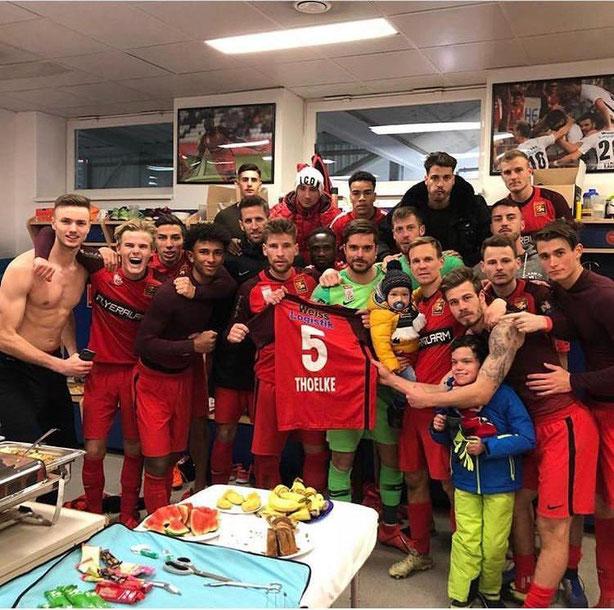 Die Admira Spieler feiern den Sieg gegen Wacker Innsbruck und widmen ihn dem verletzten Bjarne Thoelke